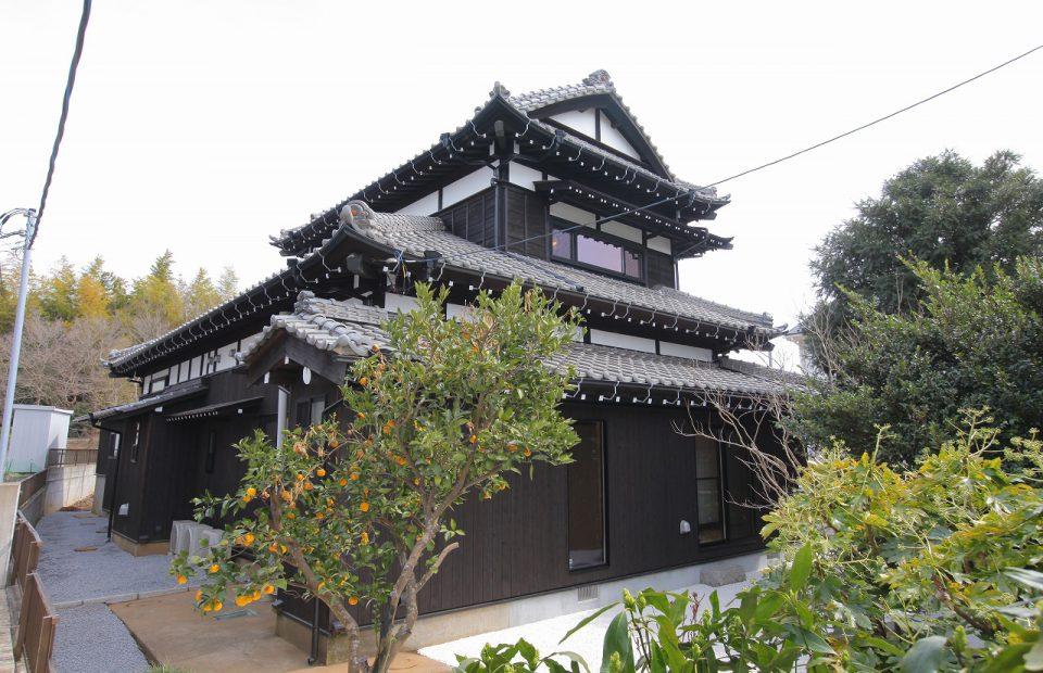 南西側からの外観。伝統的な日本家屋の風格ある佇まい