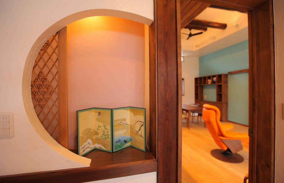 玄関正面の壁にはニッチスペースを設け、使わなくなった床の間の書院欄間を再利用して飾り付けています