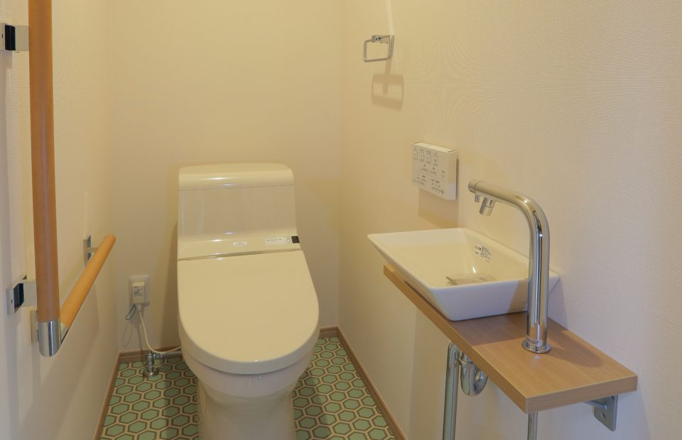 2階にトイレを増設。手洗いやL型手すりもついて、2階での生活も安心です