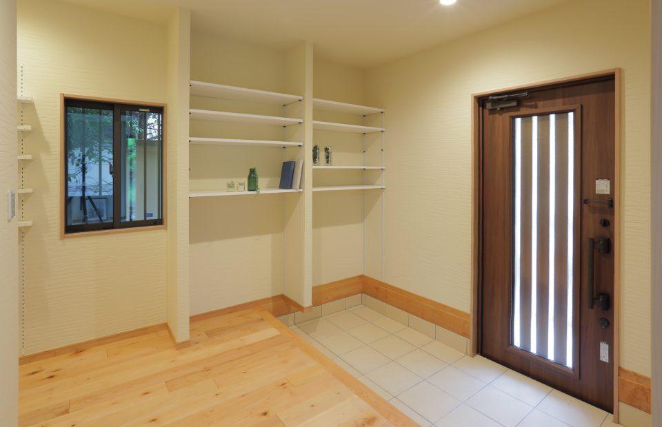 玄関の元の広さはそのままに、オープンな玄関収納を造作しました