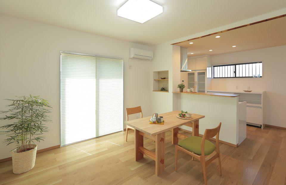 ダイニング・キッチンを南側の明るいスペースに配置。建物の雰囲気に合うように、竹材や和風のアクセントクロスで演出