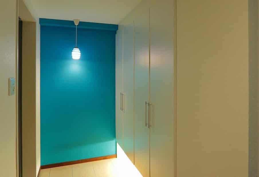 玄関から始まるブルーの世界観。奥様が選んだ手ふきのランプが皆を暖かくお出迎え