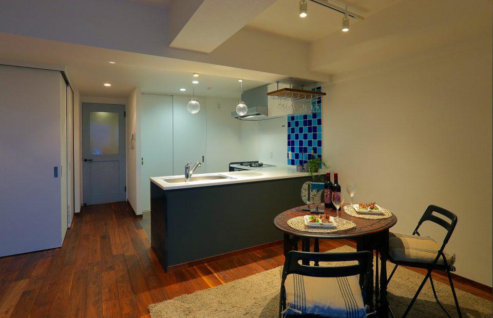 ブルーを基調としたダイニングキッチン。両サイドから使える特注のL型キッチンは家族間のコミュニケーションを密にしてくれます