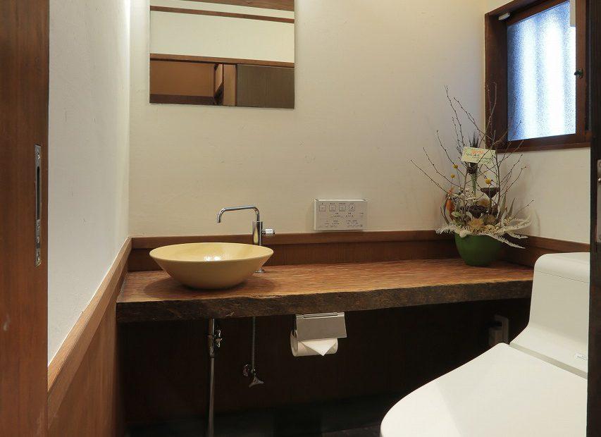 トイレ手洗いのカウンーはカウンター席の無垢板の余りを再利用しました。