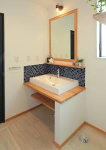 洗面所 PCメープル材で造作した洗面化粧台はタイルがアクセントに。