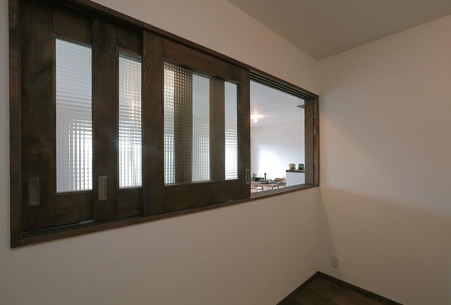 チェッカーガラスが印象的な腰高窓