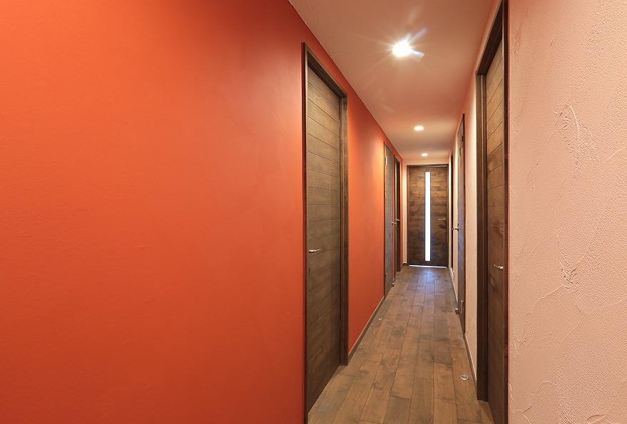 廊下の壁面は朱色に塗り、インパクトのある空間に