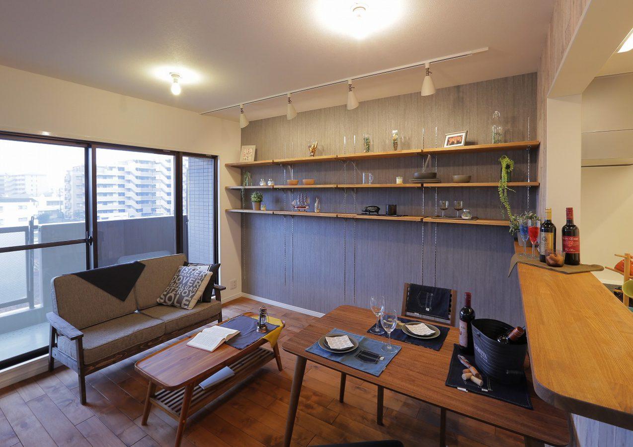 お気に入りの小物を飾るためにオープン棚を設置。スポットライトを当ててより一層特別感を演出します。