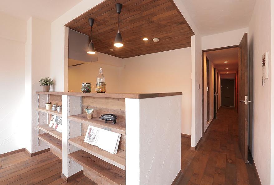 キッチンカウンターの壁面は古足場を利用した飾り棚に
