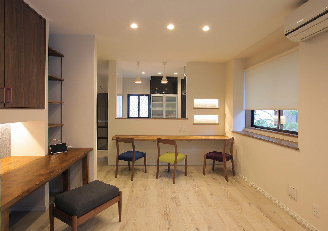 廊下からの収納だったスペースをリビングの書斎に変更。キッチンも吊戸棚をなくしてすっきりとした印象に