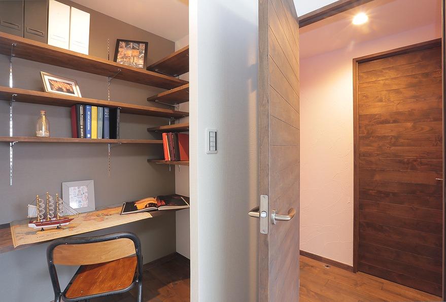 洋室に造りつけのデスクや棚を配した心地よい書斎を設けました