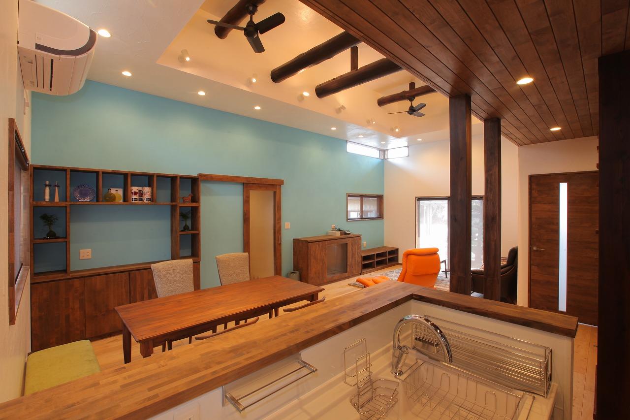 LDKは壁際に無垢のオリジナル造作家具と暖炉を配して温もりを感じる空間に。壁面の一部はポーターズペイントで塗装し、明るすぎない水色がモダンな雰囲気です