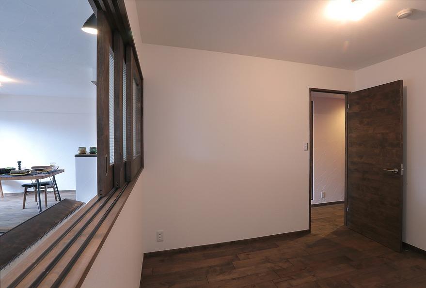 和室から洋室に変更。木製窓から自然の風や明かりを取り入れます