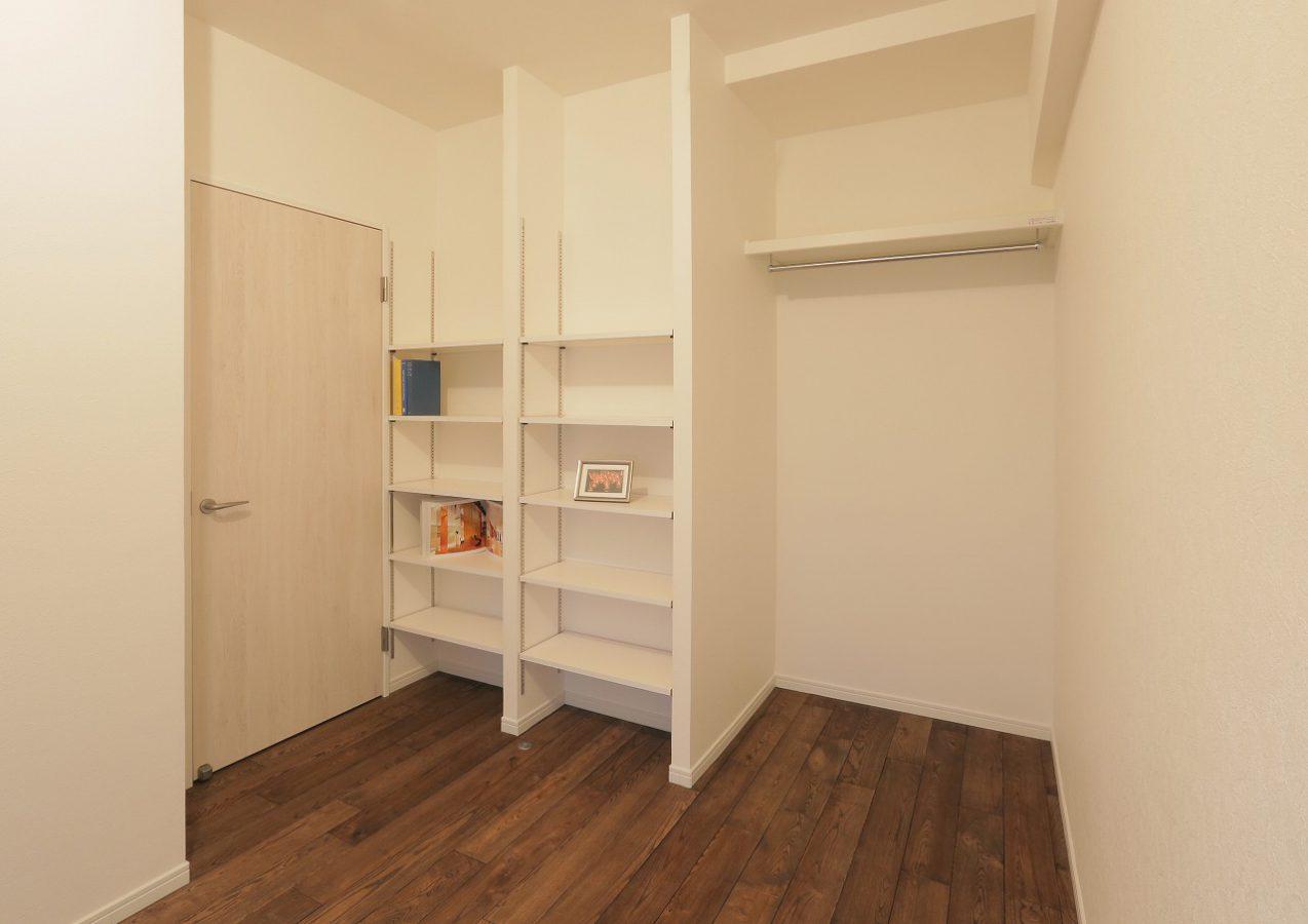 玄関横の寝室は可動棚を追加し、収納力アップ。