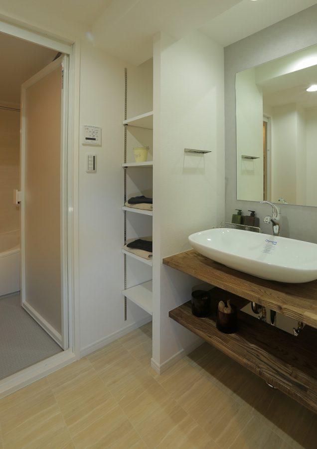 洗面所は造作カウンターですっきりとおしゃれに。収納棚も追加しました。