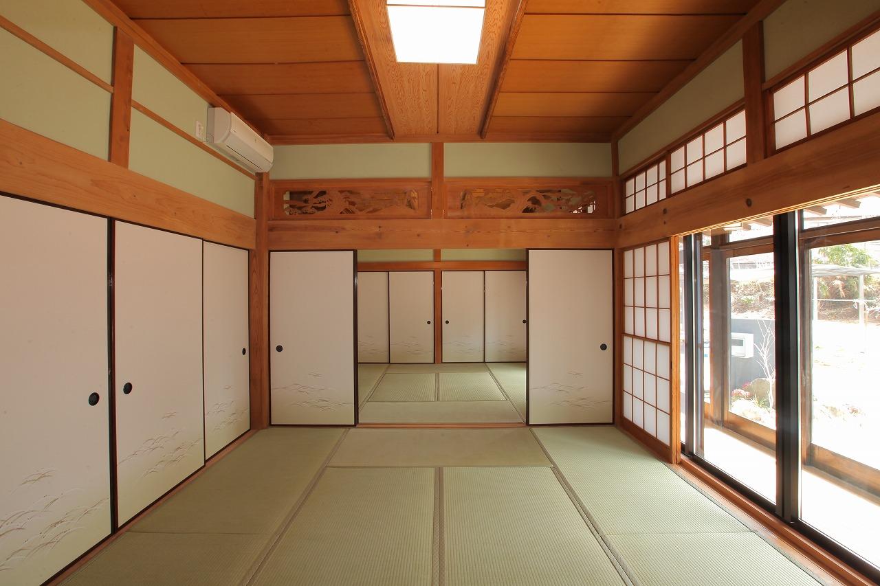 天井や欄間など、そのまま活かせるものには手を加えず、仕上や照明を変えることでイメージを一新した続き間の和室