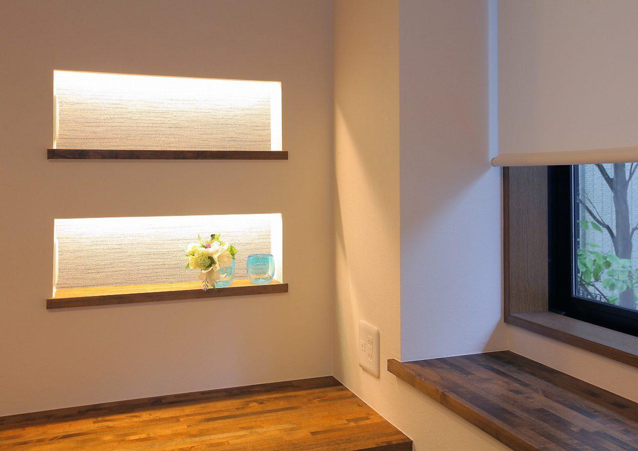 カウンター前の壁にも小物を置けるニッチ収納を用意