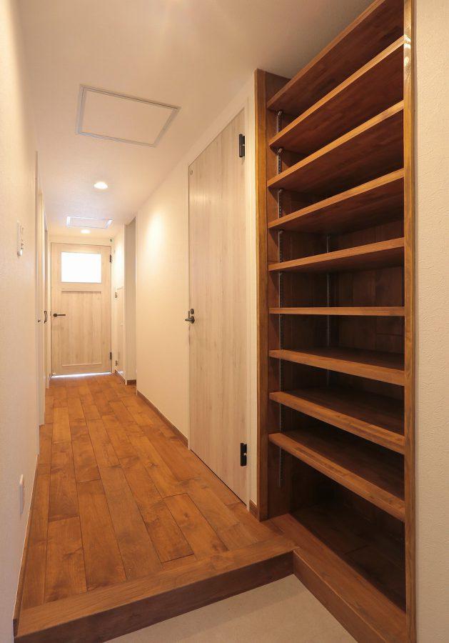 玄関収納にも無垢材を使い、あたたかい空間に