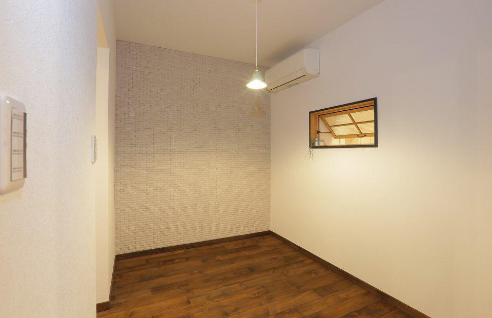 納戸だった部屋を寝室に変更。北側で環境が悪かった為南北に窓を配置して風と光を取り入れる工夫を施しました。湿度対策とデザインも兼ねて、エコカラットを一面に施工