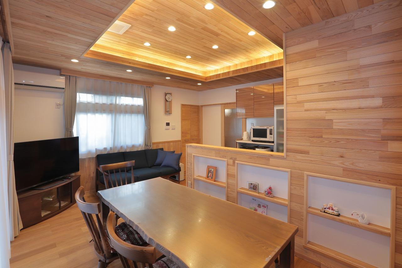 対面式キッチンの壁面にはニッチを設け飾り棚に