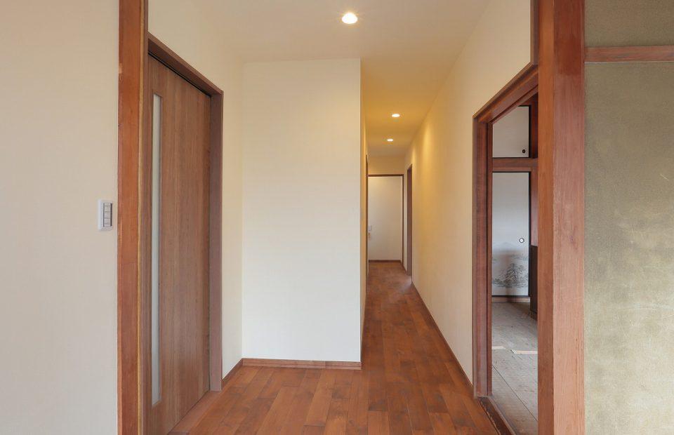 2回を撤去して1階の階段だった部分を廊下にし、その分DKスペースを拡大。対面式キッチンでも余裕が持てるだけのスペースを確保