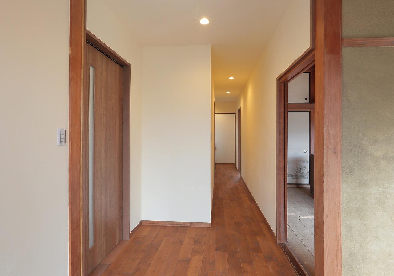 階段のあった部分を廊下にし、その分ダイニングを拡大。対面式キッチンでも余裕が持てるだけのスペースを確保