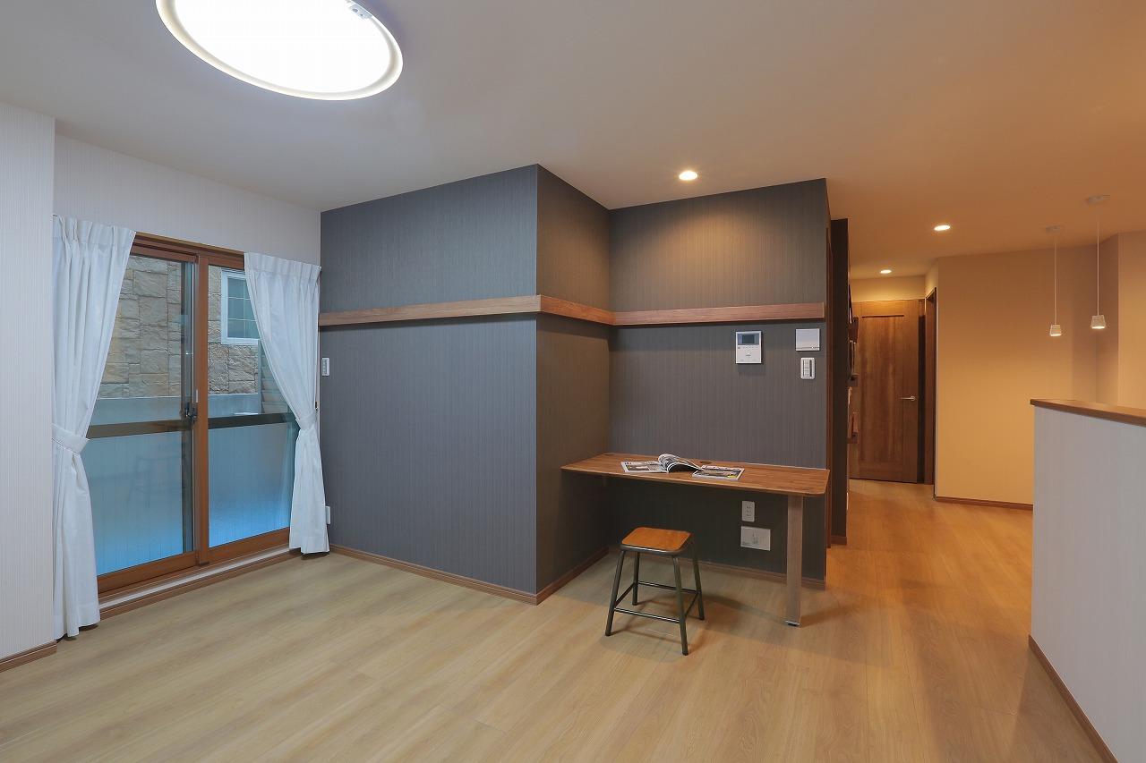 書斎カウンターとアクセントウォールで落ち着きのあるデザインに。