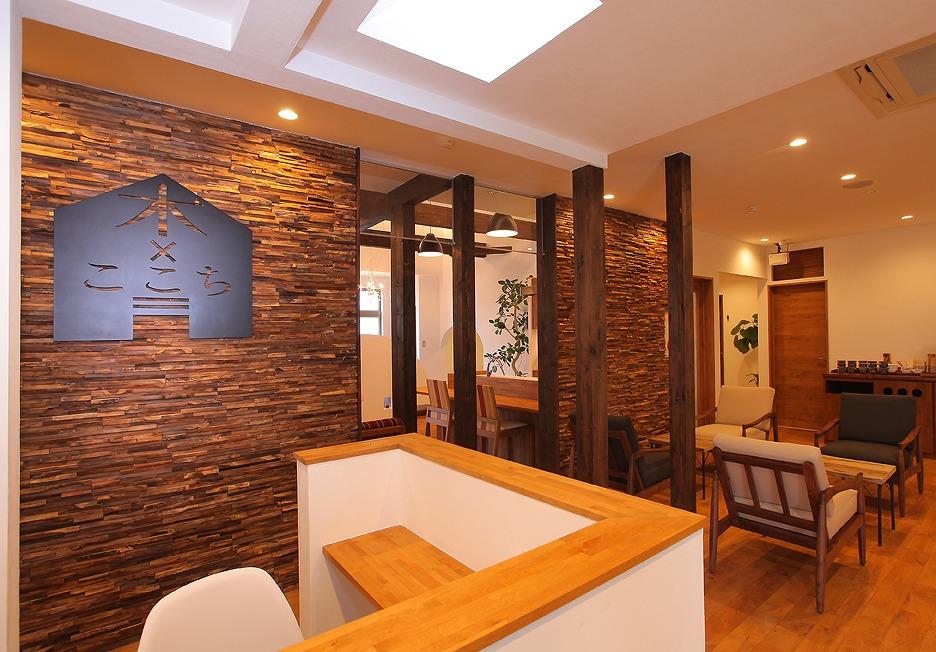 床はアルダー材の無垢フローリング、壁は漆喰仕上げ。入口を入った瞬間から自然素材の香りを体感できます