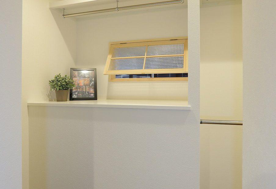 ウォークインクローゼットはとにかく収納量を重視。寝室と和室を隔てる壁面に、室内窓を設置
