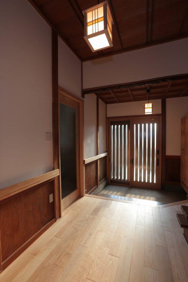 照明は玄関扉や天井の格子とバランスの良い直線的なデザインで、和風でありながらモダンな雰囲気を演出。