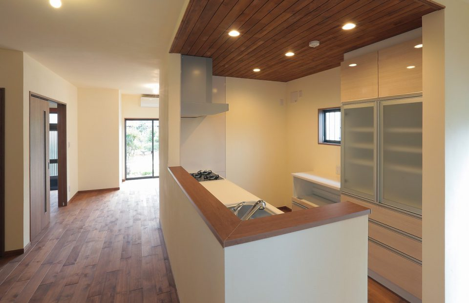 キッチンは家族との会話をしながら料理ができる対面式に変更。天井には羽目板を使い、暖かな雰囲気に仕上げました