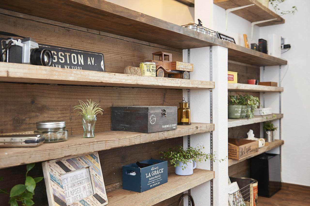 キッチン背面カウンターには古材を使用した可動式の棚を作り、好きなモノを飾る見せる収納に。