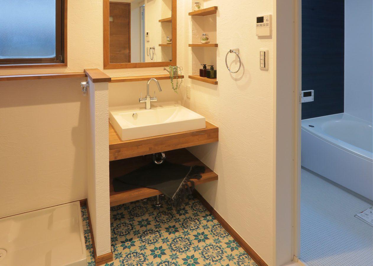 すっきりとした印象の造作洗面台。モロカンスタイル調のクッションフロアがアクセント。