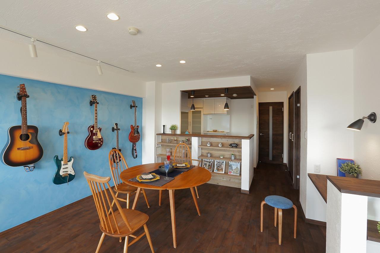 壁面には明るいブルーを塗り、今まで雑然と置かれていたギターを飾る収納に