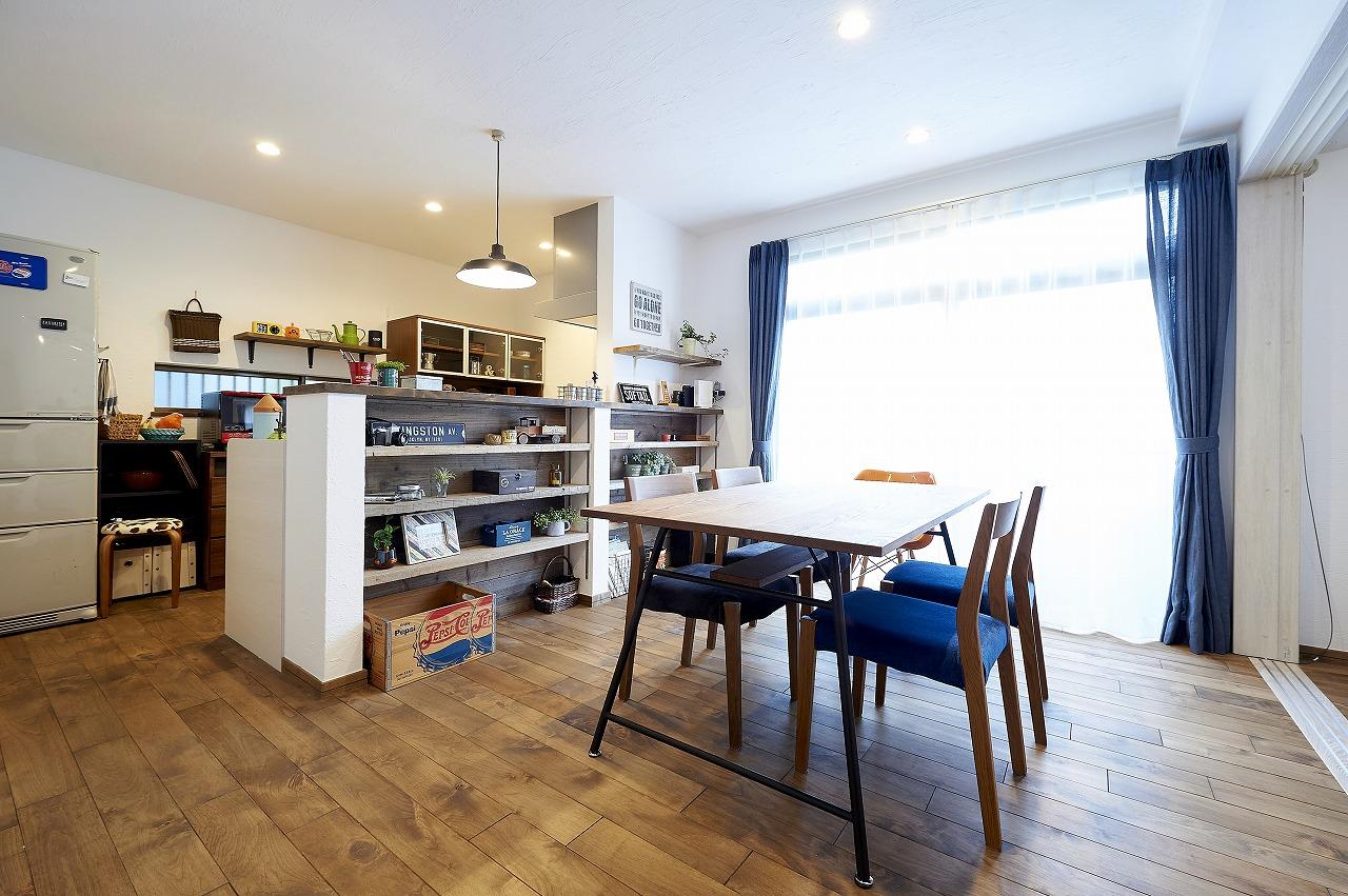キッチンは対面スタイルにしてカウンターを造作。お気に入りの小物を飾れる空間に。