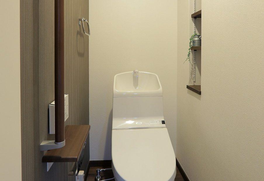 トイレにも飾り棚をとりつけました。インテリア小物を楽しみつつ、生活に必要な物の収納にも役立ちます