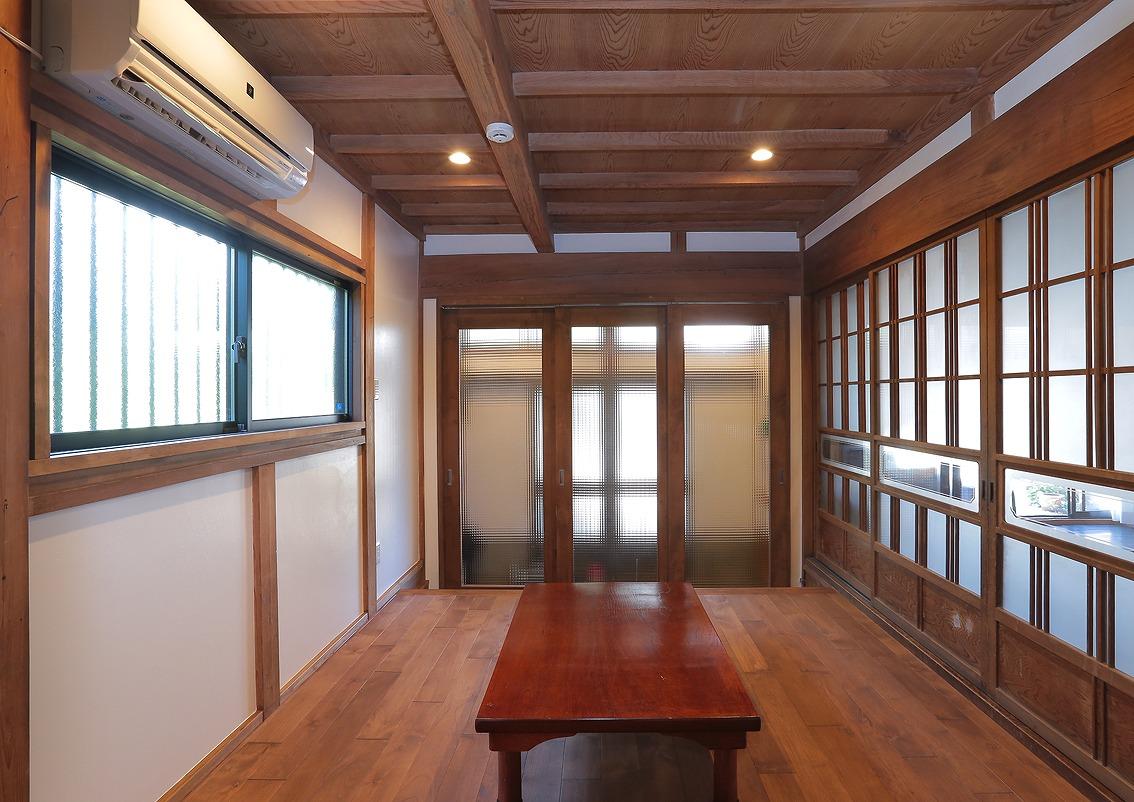 土間だった部分は無垢フローリングを貼り居間として使用。天井や障子などはそのまま活かし、以前の風合いを残しつつ新しい空間に仕上げています