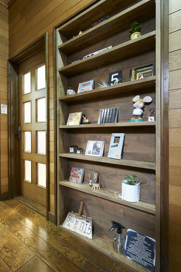 和室へ続くドアは不要になった為、本棚に作り変えました。見せる収納で空間を演出。