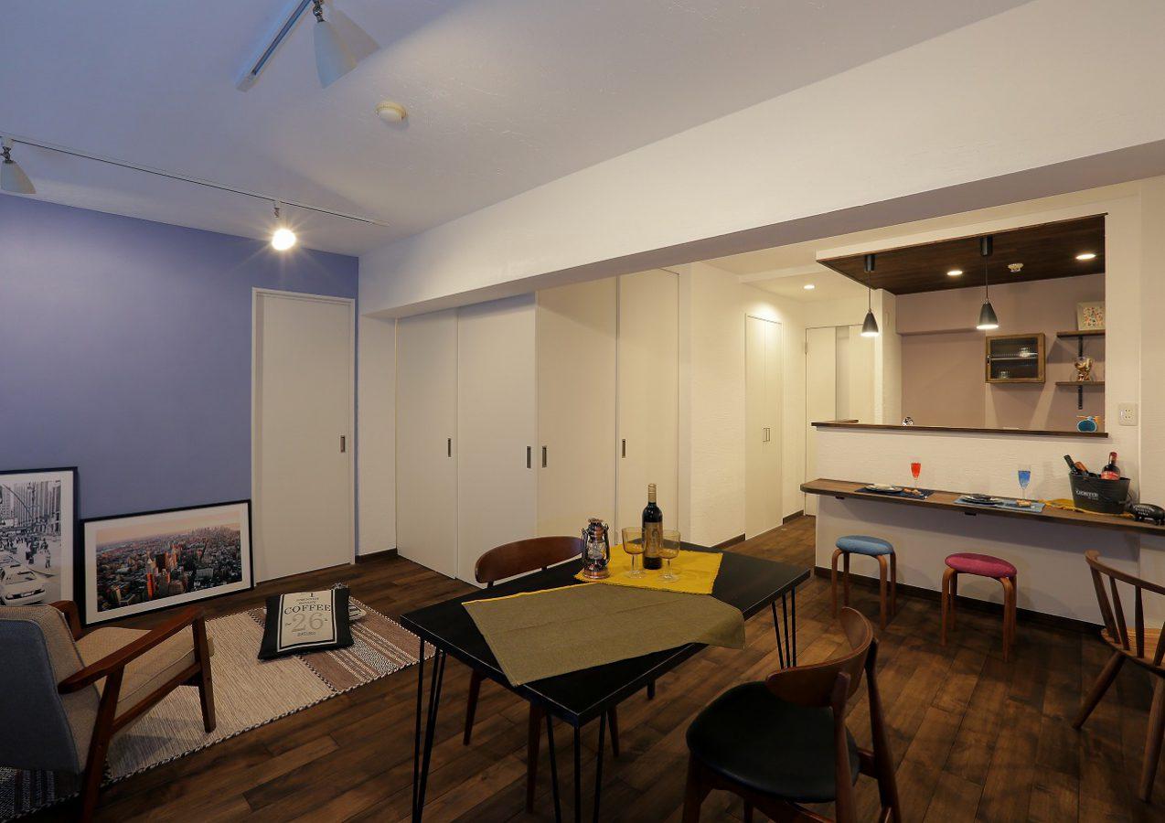 LDKは間取りを大幅に変更して約18畳の開放的な空間に。オリジナルの無垢フローリングや漆喰などの天然素材をふんだんに使用