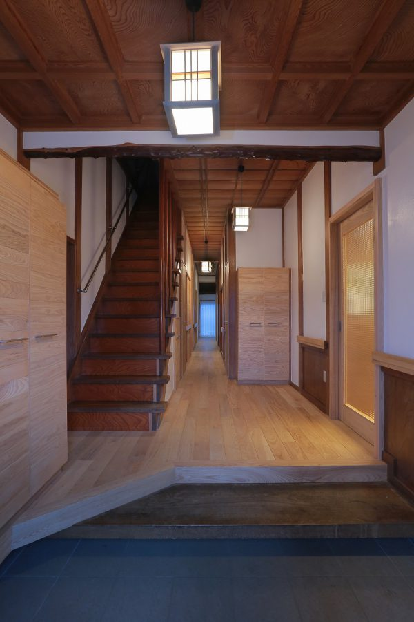 踏み板と側面の板だけのオープン階段は段蹴込み板をつけ、階段下収納を設けました