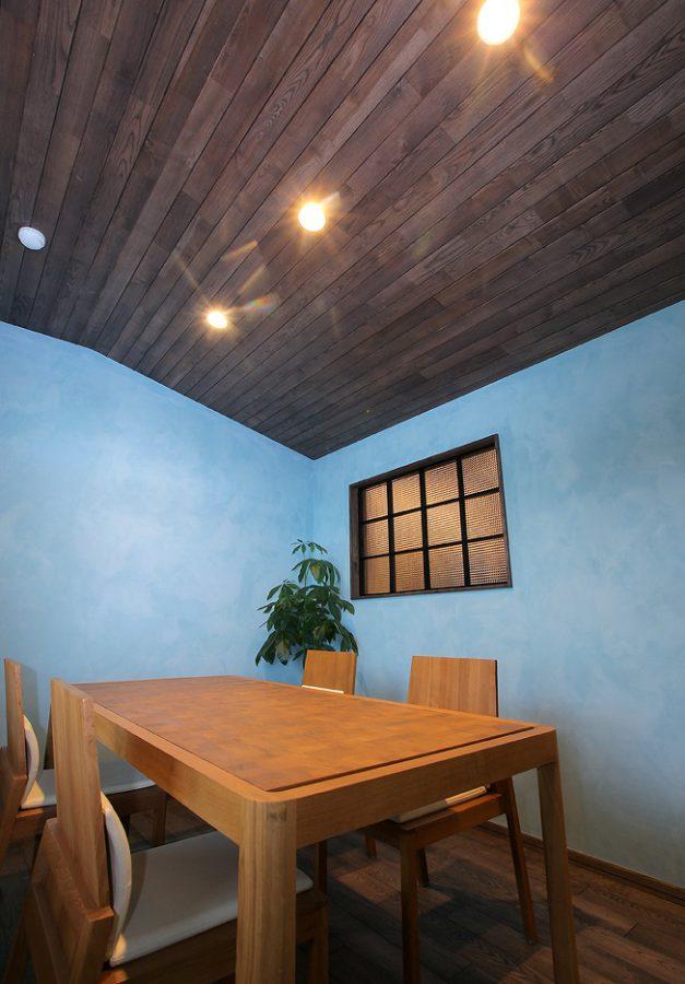 色による演出がテーマ、自然素材のペイントと天井も無垢材で装飾した空間