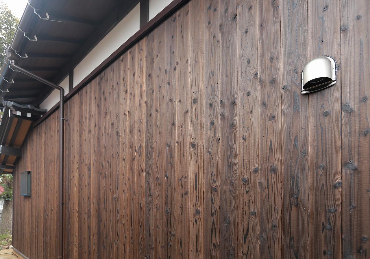 外壁に用いた焼杉は、表面を炭化させることで耐候性・耐久性を増しているのと同時に、その風合いが歴史ある家のたたずまいに調和します