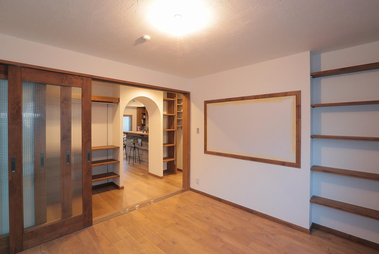 寝室のガラス戸を開けると、飾るWIC収納と2階がひとつの空間に。