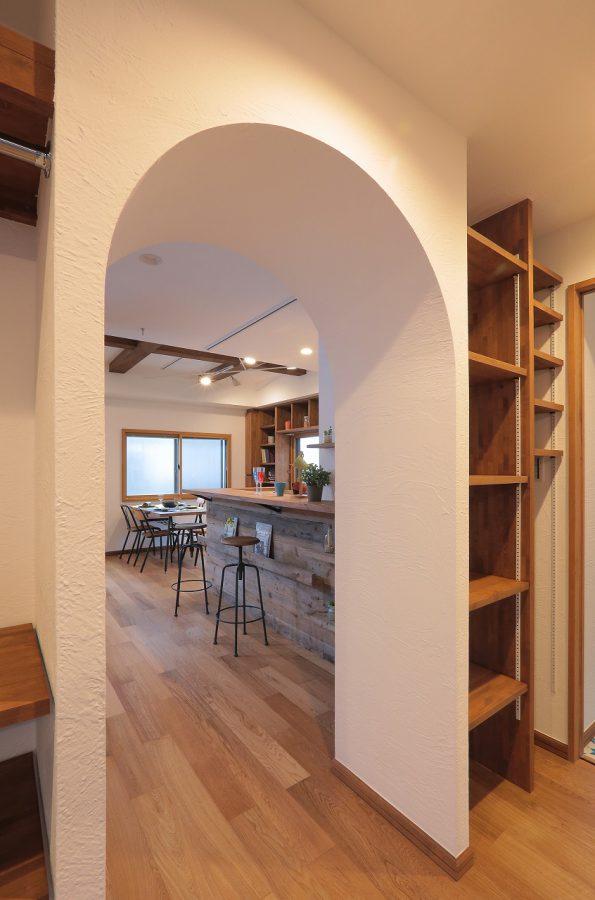 R開口の先には古材をあしらったキッチンカウンターとダイニング。