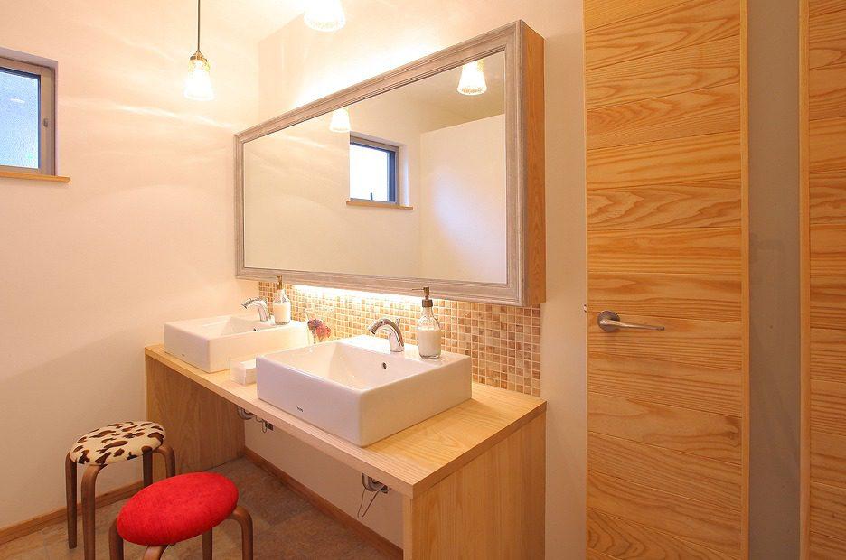 女子トイレはアンティーク調で温かみのある空間を演出