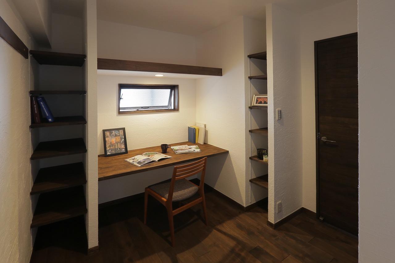 納戸だった場所を書斎にして、デスクや収納棚を造作。リビングとの間に設けた小窓がアクセントに。