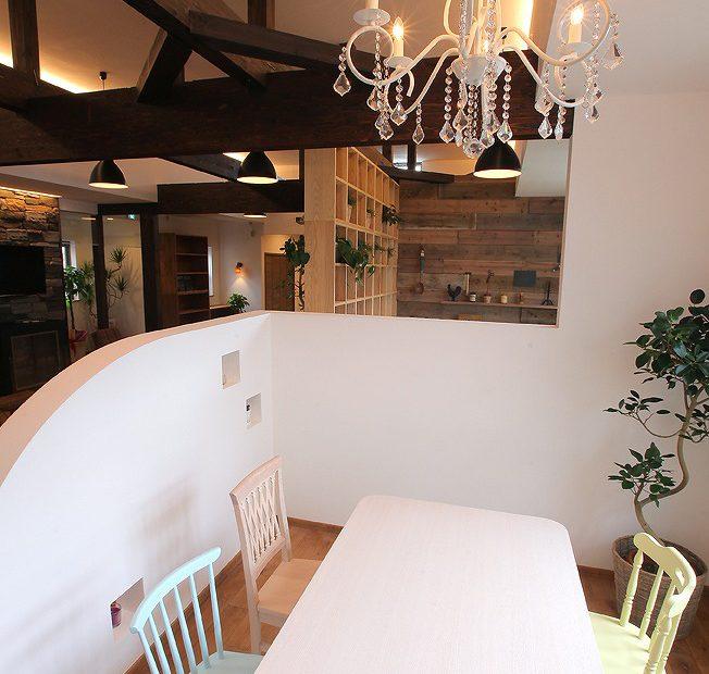無垢材と漆喰をアンティーク家具とシャンデリアで演出したフェミニンな空間