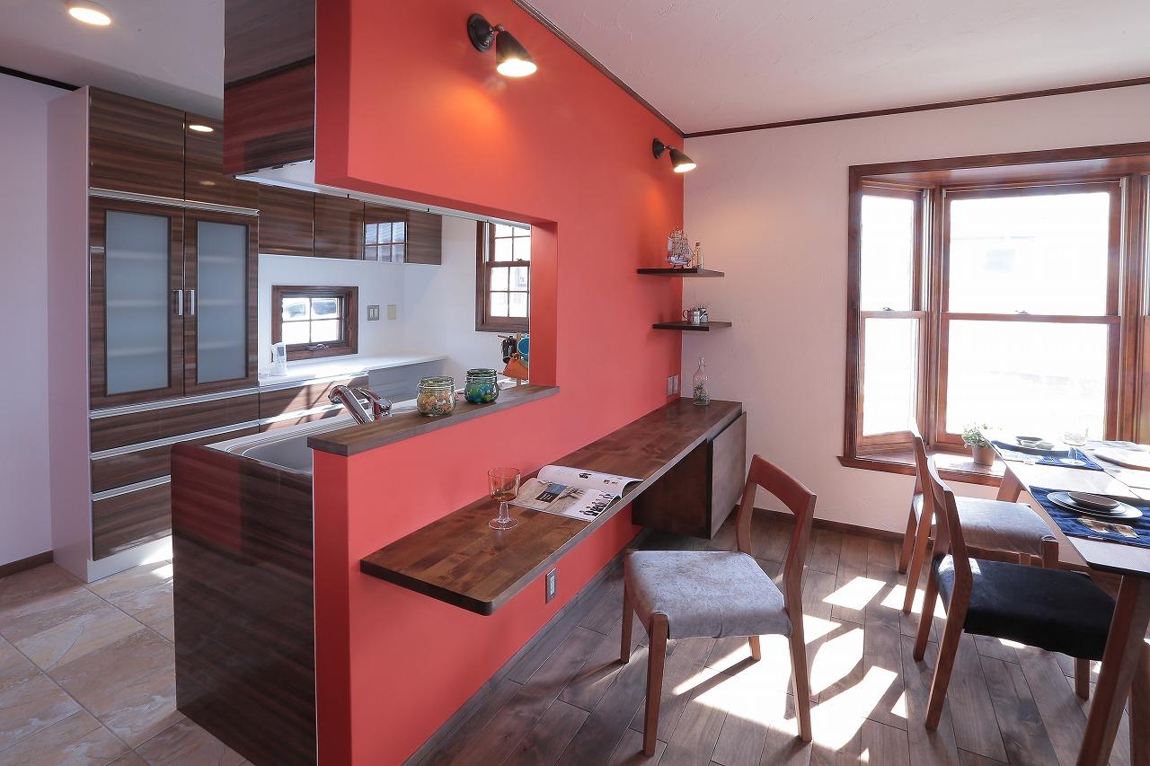 約4.5畳ある広めのキッチン。床面のタイルが印象的
