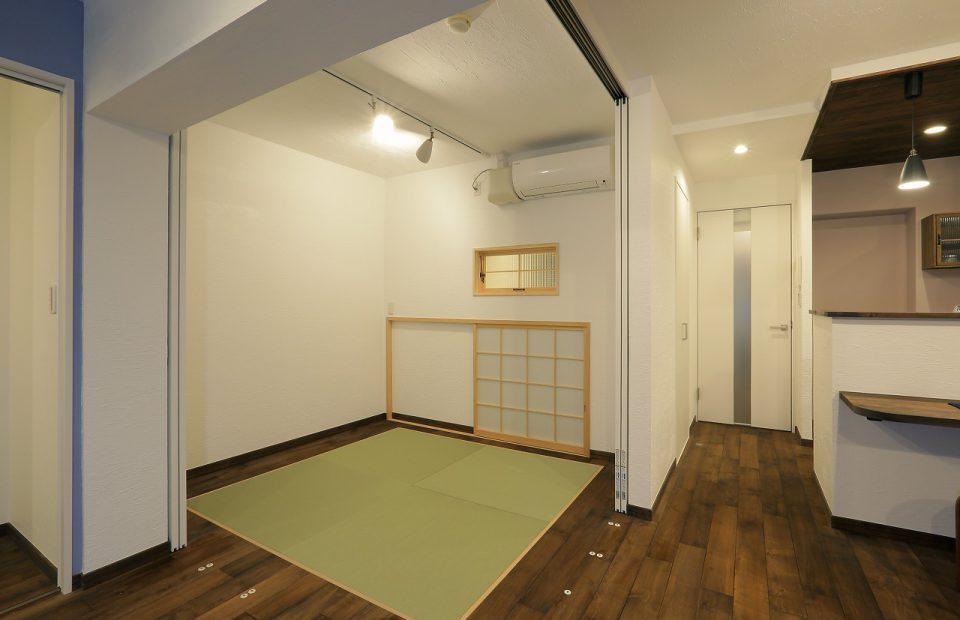 L字コーナーに間仕切建具を用いて、和室は可変的に使用。普段は開放してリビングの一部に