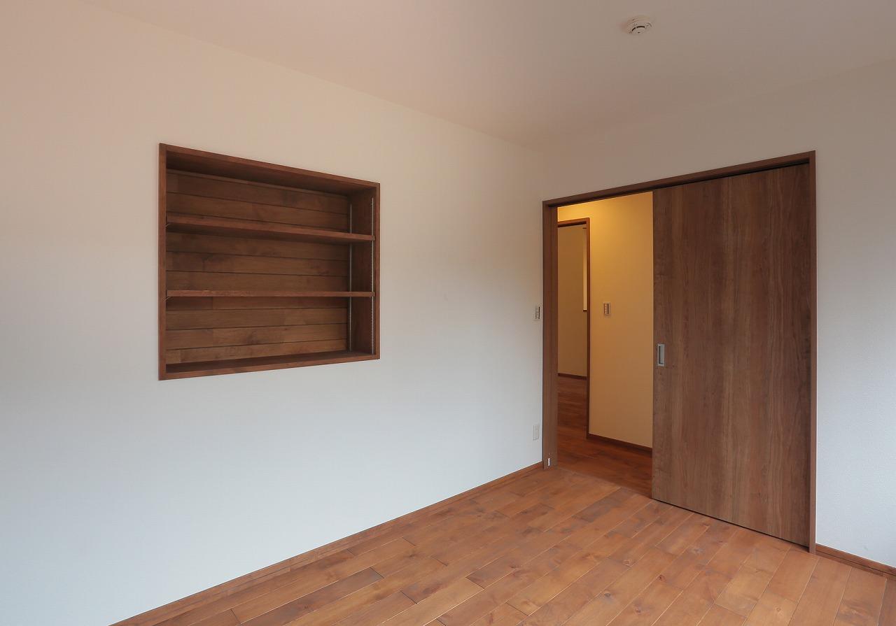 和室だった部屋を洋室に変更。壁面のニッチスペースに飾り棚を造作